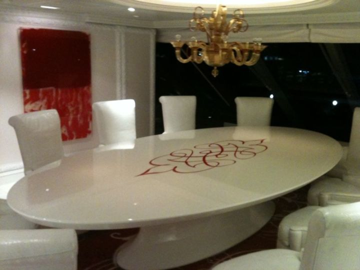 Privee Table